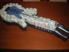 Tarta de pañales en forma de guitarra eléctrica para unos papás muy roqueros!
