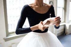 ballet, dance, and ballerina-bilde Ballerinas, Ballet Dancers, Grands Ballets Canadiens, Feminine Tomboy, Ballet Photography, Beauty Photography, Ballet Beautiful, Pointe Shoes, Dance Art