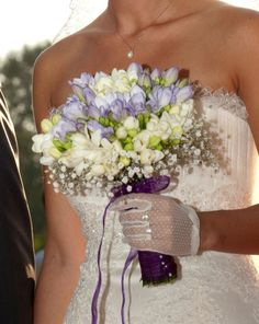 Love this bouquet, and I bet it smells fantastic! Freesia wedding bouquet.