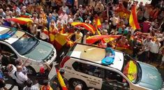 People goodbye the Civil Guards deployed to Catalonia with cheers and chanting go get them (A por ellos oé!) in Huelva. Similar scenes were repeated elsewhere, as if the Spanish police was sent for the Reconquista of Catalonia.