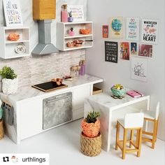 lundby_aust Repost with ・・・ 'Anything is possible with sunshine & a little pink!' Custom order for a… Modern Dollhouse Furniture, Diy Barbie Furniture, Miniature Furniture, Miniature Kitchen, Miniature Crafts, Miniature Houses, Miniature Tutorials, Miniature Dolls, Mini Doll House