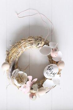 Ein Türkranz passt zu jeder Jahreszeit! Zu Ostern habe ich mit Naturmaterialien gebastelt. Eier, Holzeier und Wachteleier auf dem Strohkranz sehen toll aus. Fruit Plus, Diy Ostern, Flower Oil, Exterior Doors, Natural Living, Grapevine Wreath, Happy Easter, Grape Vines, Easter Eggs