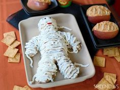 Cheese Mummy: The Best Halloween Party Recipe Halloween Desserts, Postres Halloween, Halloween School Treats, Halloween Food For Party, Halloween Foods, Creepy Halloween, Halloween Appetizers For Adults, Halloween Potluck Ideas, Happy Halloween