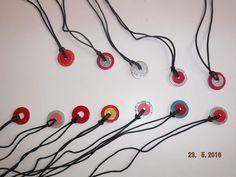 Je t'envoie une photo des colliers réalisés par mes PS/MS pour la fête des mères. Rondelles métalliques achetées dans un magasin de bricolage, du vernis (ne pas oublier celui à paillettes...) et du cordon satiné ! Le tout emballé dans un rouleau de papier...