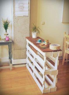 22 things you can do with a wooden palette, whether you& crafting . 22 trucs que vous pouvez faire avec une palette en bois, que vous soyez bricolo … 22 things you can do with a wooden pallet, whether you& crafty or not Pallet Home Decor, Diy Pallet Projects, Pallet Ideas, Wood Projects, Ideas Palets, Diy Pallet Bar, Outdoor Pallet, Diy Home Decor Projects, Wood Ideas