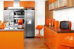 色あせたオレンジのキッチンと近未来の冷蔵庫