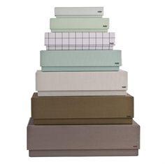 Box box desktop fra HAY indeholder 7 smukke æsker i kraftigt karton. De kan bruges til alverdens ting og sager og egner sig særlig godt til at få orden på skrivebordet. Æskerne er i smukke afstemte farver og kan bruges overalt i huset. Den største æske har plads til A4 papir.Materiale: Kraftigt kartonMindste æske:14x6,8xH3,3cmStørste æske: 25x33xH9cm