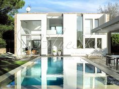 Beautiful contemporary villa rental top of the range in 3 minutes on foot of the place des Lices in Saint-Tropez. 4 large bedrooms and possibility of having 2 additional sleepings. Swimming pool mirror and summer kitchen.