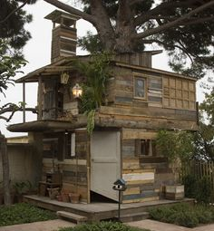 (Tree) House of Hyeres By Ethan Hayes-Chute with the collaboration of Jean-Paul Lespagnard Shelter Design, Palette Diy, Wooden Pallets, Recycled Pallets, Recycled House, Pallet Benches, Salvaged Wood, Pallet Tables, 1001 Pallets