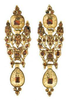 Pendientes largos catalanes en oro y granates, del siglo XIX  En oro cincelado y granates hessonitas tallas redonda, oval, rectangular y cuadrada, 14,30 cts.