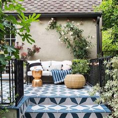 El nuevo patio de @em_henderson es taaaaaan inspirador, ¿no creen?  @em_henderson's new patio is oh-so-inspiring, don't you think?   @tessaneustadt  #outdoors #summervibes #dreampatio #tiles #cementtile #concretetile #mosaico