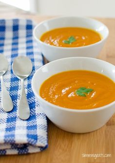 Carrot Soup Serves 4 Extra Easy - syn free per serving Green - syn free per serving Original - syn free per serving Ingredients 1 large sweet onion, finely chopped 2 large carrots, sliced Diet Smoothie Recipes, Diet Soup Recipes, Cooking Recipes, Slimming Eats, Slimming World Recipes, Carrot Soup, Super Healthy Recipes, Diet Snacks, Healthy Dinner Recipes