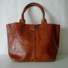 8977223b5 Bolso Trini Cuero Crocco color suela | Porta celular, tira porta llavero y  bolsillo interno con cierre