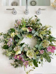A Spring Wreath Tutorial by @the_suffolk_nest - Just A Little Build Easter Flowers, Spring Flowers, Xmas Flowers, Xmas Wreaths, Easter Wreaths, Picture Wreath, Flower Arrangements Simple, Summer Wreath, Spring Wreaths
