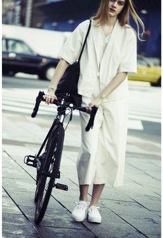 【ELLE】都会の空気を纏う、ロードバイクday for work|「アンルート」と過ごす、PM2:00のシティモードスタイル|エル・オンライン