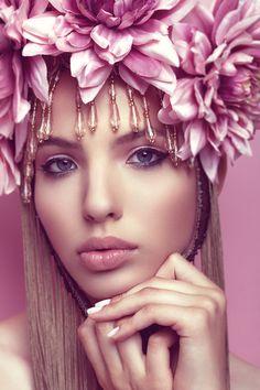 Diadema de flores con cristal..