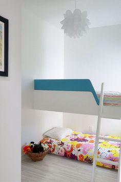 Kinderhochbett design  kinderzimmer einrichten weiß blaues bett bunter teppich mit autos ...