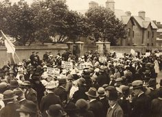 Cumann na mBan protest outside Mountjoy Prison during the Irish War of Independence. Placards read Mother of God, open the prison gates; Release our Fathers and Brothers; and Mother of Mercy, pray for prisoners. Date: 23 July 1921 NLI Ref. Ireland 1916, Dublin Ireland, Irish Independence, Die Revolution, Dublin Street, Easter Rising, Scotland History, Michael Collins, Photo Engraving