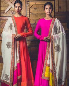 Looking for a cool full sleeve designs for salwar kameez, here are plenty of sleeve patterns, creative embellishments and chic modes to try now. Indian Attire, Indian Wear, Indian Outfits, Indian Anarkali Dresses, Garba Dress, Bridal Anarkali Suits, Kalamkari Dresses, Full Sleeves Design, Trendy Outfits