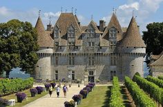 Dordogne : Monbazillac - Château de Monbazillac (XVIe siècle), mélange de systèmes défensifs médiévaux et ses fenêtres à meneaux Renaissance. Ses caves voûtées accueillent un musée de la vigne et du vin.