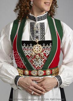 Voss Festbunad | Bunadrosen AS - Vi kan Bunad Folk Costume, Costumes, Hardanger Embroidery, My Heritage, Norway, Womens Fashion, Folk Clothing, Collection, Folklore