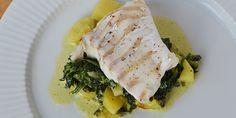 Perfekt tilberedt torsk med kartofler, spinat og flødesauce. Fish Dishes, Food And Drink, Pork, Menu, Chicken, Breakfast, Recipes, Parmesan, Denmark