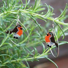 Les petits rouge-gorges chantent dans le romarin.  Nouveau montage pour ces petits oiseaux.  ---- The little robins are singing in the rosemary.  New mounting for these little birds.  #miyuki #miyukidelica #perles #beads #matierepremiere #beading #peyote #handcrafted #craft #faitmain #bijoux #jewelry #jewelrygram #instajewelery #bouclesdoreilles #earrings #oiseau #bird #rougegorge #robin #orange #brun #brown #romarin #rosemary #perlesdaddict #jenfiledesperlesetjassume #sitroon