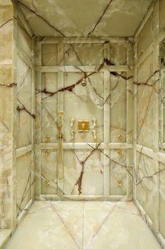 Superbe et grande douche toute en marbre