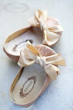 tiny baby shoes with bows ❤❤