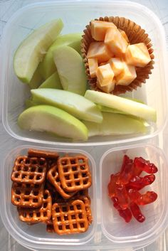 Recipes Snacks Lunch Ideas Use a bento box to create this easy, make-ahead school lunch with apple slices, cheese cubes, pretzels and fruit snacks! Click through for more school lunch ideas. Fruit Snacks, Lunch Snacks, Clean Eating Snacks, Healthy Eating, Kid Snacks, Lunch Meal Prep, Healthy Meal Prep, Healthy Snacks, Healthy Recipes