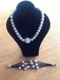 Parel ketting met strass stenen en armband zwarte leder veter en parels.