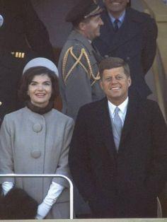 President John Kennedy & First Lady Jackie Kennedy John Kennedy, Jackie Kennedy Style, Les Kennedy, Carolyn Bessette Kennedy, Jacqueline Kennedy Onassis, Jackie Jackie, Kennedy Wife, Kennedy Town, Caroline Kennedy