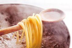 Você sabia que a água de cozimento do macarrão é repleta de nutrientes? Veja aqui de que forma reaproveitá-la! #cozinhaconsciente