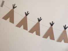 TEEPEE GARLAND Perfect for nursery decor, party decor, etc. >>DETAILS: Approximately 5 ft long Kraft paper and black cardstock teepees Indian Party Themes, Indian Birthday Parties, Wild One Birthday Party, Cowboy Birthday, Anniversaire Cow-boy, Deco Baby Shower, Teepee Party, Party Cups, Thanksgiving Crafts