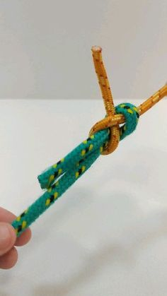 Sheet Bend Useful for tying 2 ropes of different thicknesses together The Knot, Rope Crafts, Diy Crafts Hacks, Fishing Hook Knots, Sailing Knots, Survival Knots, Survival Skills, Best Knots, Knots Guide