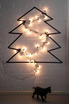 Alternativa para tu árbol de Navidad: un simple dibujo de abeto (con washi tape por ejemplo) y una guirnalda de luz. #diy #Navidad #arboldenavidad #arboldenavidadalternativo #navidadenverano