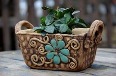 Make a beautiful planter with clay. Pottery Pots, Ceramic Pottery, Earthenware Clay, Ceramic Clay, Hand Built Pottery, Clay Design, Pottery Designs, Ceramic Planters, Handmade Pottery