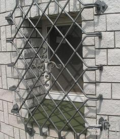 «Кузнечная слобода» находиться в городе Владимире, так что посмотреть кованые изделия нашего производства можно непосредственно в мастерской или на сайте в разделе «Галерея».