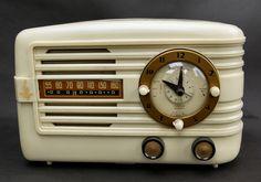 1942 EMERSON WHITE BAKELITE TABLE TOP CLOCK RADIO MODEL.