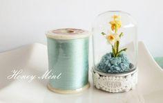 #160のレース糸を用いて丁寧に小さく編みあげた、ミニチュア水仙のドーム型ガラス瓶です。  サイズは、ドーム型ガラスが5cm×3cm、 中の水仙の花弁は7mm~1cmぐらい。 茎の部分のみ、針金が入っています。  #Narcissus #crochet #水仙 #ミニチュア
