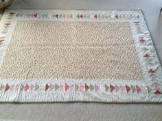 Bagsiden af Asta Rosenbeck's tæppe Quilts, Rugs, Home Decor, Farmhouse Rugs, Decoration Home, Room Decor, Quilt Sets, Log Cabin Quilts, Home Interior Design