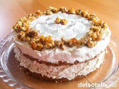 Dette er en skikkelig nydelig kake som består av to lette og luftige kakebunner som lages med finhakkede valnøtter. Kaken fylles med pisket krem som blandes med hakket valnøttkrokan. På toppen dekkes kaken med pisket krem og pyntes med karamelliserte valnøtter. Både kakebunnene og valnøttene kan lages klar flere dager før servering. Norwegian Food, Health And Wellbeing, Scones, Granola, Vanilla Cake, Camembert Cheese, Pie, Desserts, Recipes