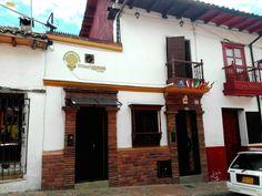 La Candelaria, hoteles en Bogotá. ¡Hermosa la arquitectura colonial de La Candelaria! Y lo #EncontrasteLaCandelaria  Visita: www.encontrastelacandelaria.com  Fotografía tomada por: Carolina González Chaparro