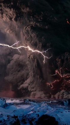 Volcano and Lightning All Nature, Science And Nature, Amazing Nature, Beautiful Sky, Beautiful World, Volcano Lightning, Lightning Storms, Fuerza Natural, Cool Pictures