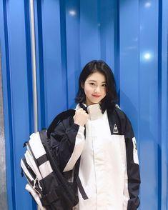 Korean Girl Fashion, Korean Fashion Casual, Ulzzang Short Hair, Ulzzang Girl, Sweet Girls, Cute Girls, Teen Wallpaper, Oval Face Haircuts, Girl Short Hair