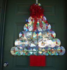 décoration Noël pour la porte d'entrée : sapin fait main à partir de CD et rubans rouges