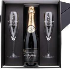 Gepersonaliseerde champagne cadeau set met twee gegraveerde glazen en een fles prachtige champagne. Dit is een mooi geschenk voor elke gelegenheid. #champagne