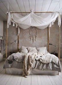 schlafzimmer ideen im boho stil_kleines schlafzimmer gestalten mit wandfarbe grau und bett dekorieren mit diy-baldachin