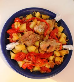 Petto di pollo con burro, salvia e rosmarino con patate al forno. Salsa con peperone rosso, pomodorini freschi, cipolla e miele