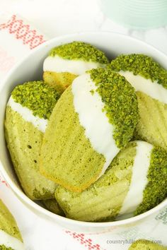 These madeleines are flavoured with matcha powder, pistachios, lime, and a touch of honey. Tea Cakes, Chocolate Dipped, White Chocolate, Baking Chocolate, Cookie Recipes, Dessert Recipes, Baking Recipes, Madeleine Recipe, Madeleine Cake